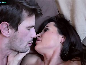 milf sex industry star Lisa Ann goes for a morning bang-out
