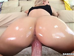 Jessa Rhodes is oiled up and well-prepped to be humped