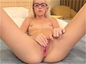 Halle Von and Her Cuck spouse Take Turns deep-throating pecker